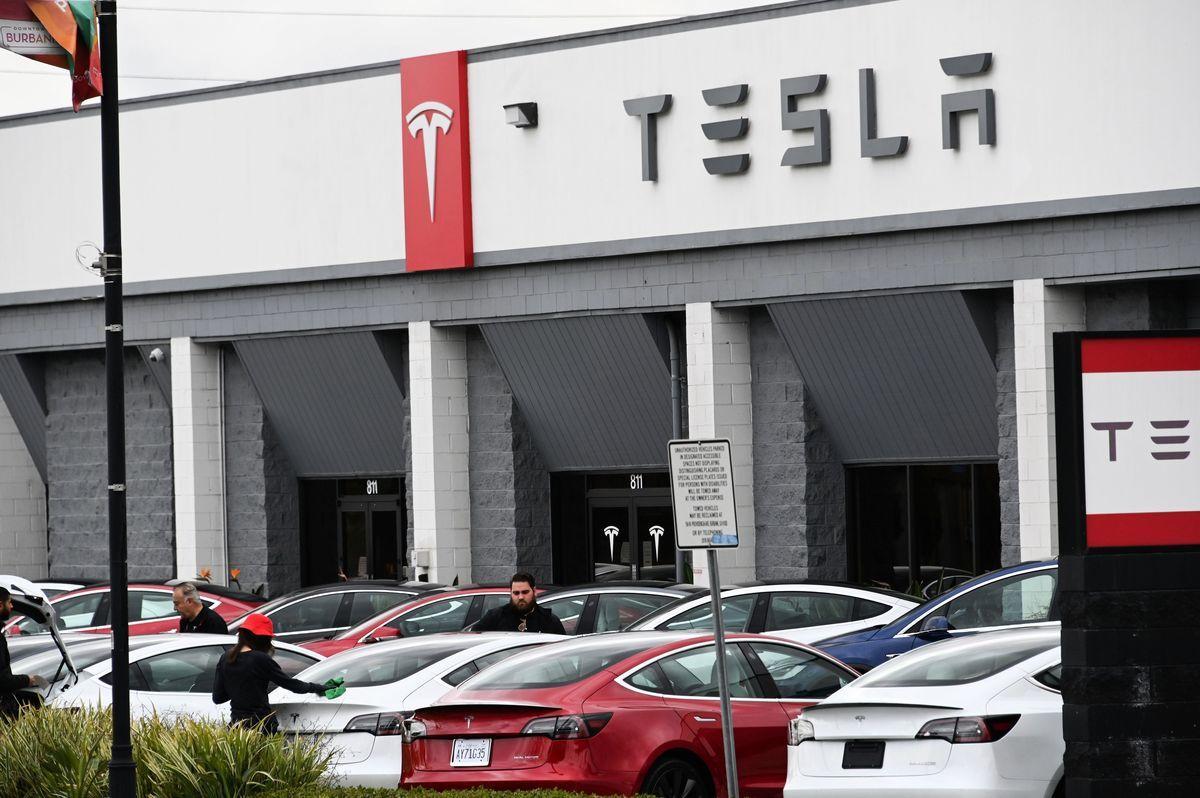 美國政府近日收購了一間電池金屬公司股權,旨在降低製造電動汽車時,在關鍵材料上對中國的依賴。圖為美國電動車品牌特斯拉。(ROBYN BECK/AFP via Getty Images)