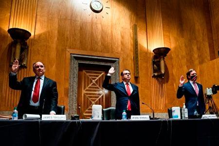 圖為參加2020年12月16日國會參院2020年大選違規行為聽證的三名證人,分別是特朗普競選團隊律師James R. Troupis (左)和 Jesse Binnall (中)以及被特朗普解僱的前CISA局長 Chris Krebs (右) 。(JIM LO SCALZO/POOL/AFP via Getty Images)
