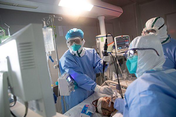 圖為3月19日武漢市一家醫院對中共病毒(武漢肺炎)患者進行治療。(AFP/Getty Images)