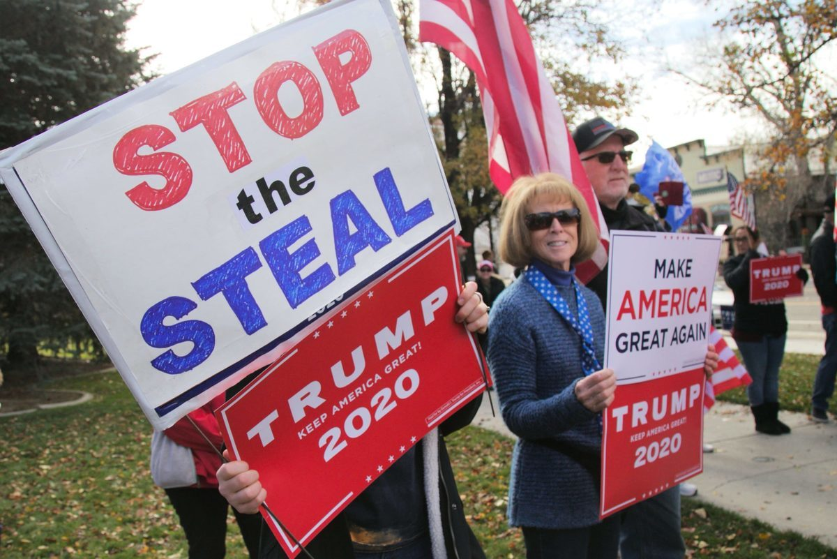 2020年11月14日,眾多特朗普支持者在內華達州議會大廈前舉行集會,譴責2020年總統大選的涉嫌欺詐行為。(曹景哲/大紀元)