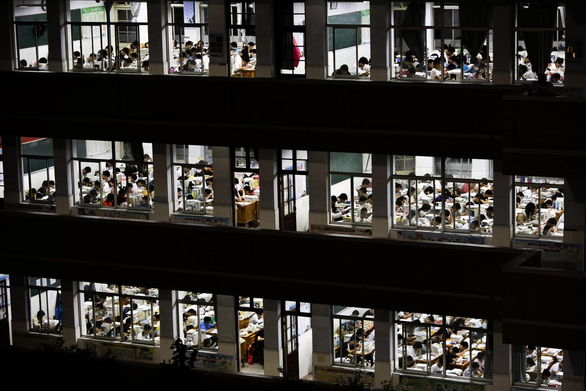兩會期間,中共全國人大代表趙超建議將普通高中的錄取率提至80%以上。圖為資料圖。(STR/AFP via Getty Images)