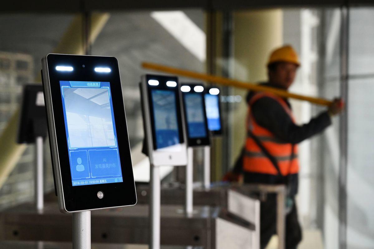一名工人走過北京大興國際機場新架設的臉部識別機。(GREG BAKER/AFP/Getty Images)