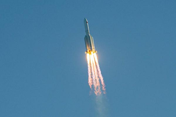 2020年5月5日,長征5B火箭發射了一個類似「龍飛船2號」(SpaceX Crew Dragon)的載人艙進行測試。該火箭在返回時失控。(Photo by STR/AFP via Getty Images)