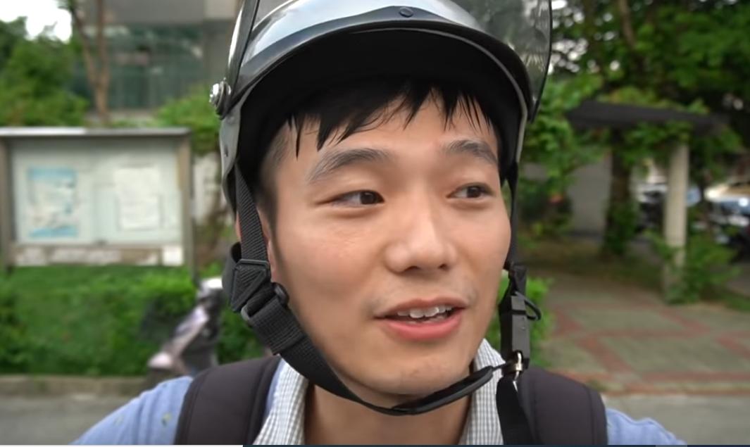 中國網紅Simon Yu在2020年8月26日上傳的影片中講述,因為讚台灣民主自由他的微博帳號日前遭永久刪除。(影片截圖)
