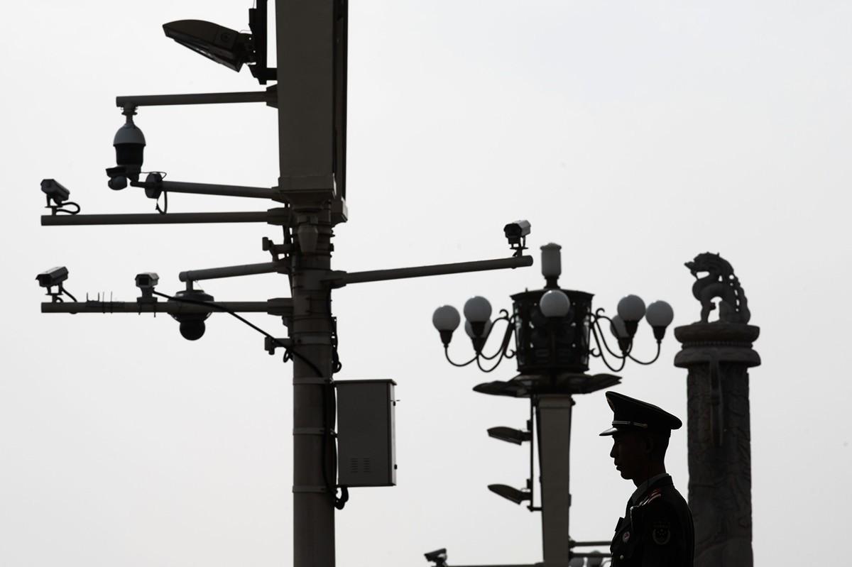 圖為2019年4月8日北京天安門廣場一名警察在監控錄像機前站崗。(AFP/Getty Images)
