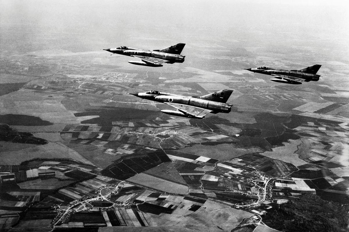 以色列軍方曾於1970年7月30日在3分鐘內擊落5架前蘇聯米格-21戰機。圖為1967年6月5日,亦即六日戰爭的第一天,以色列幻象戰機飛行於埃及西奈半島上空。(AFP/Getty Images)
