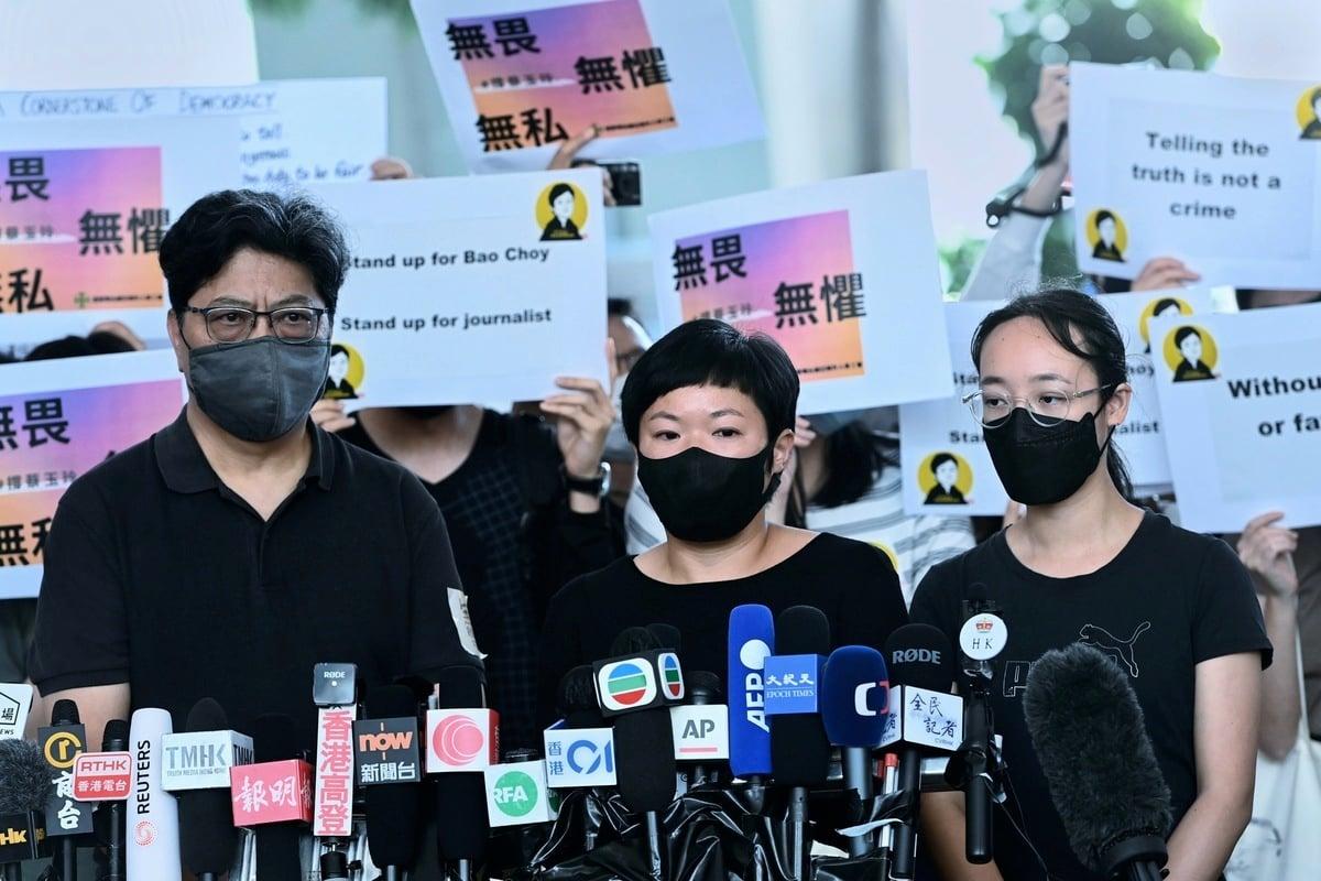2021年4月22日,香港電台《鏗鏘集》編導蔡玉玲(中)被控查冊時作出虛假陳述的案件,被裁定罪名成立。蔡玉玲表示對裁決感到傷心,但「不會因為這個案件放棄在新聞上的追求」。(宋碧龍/大紀元)