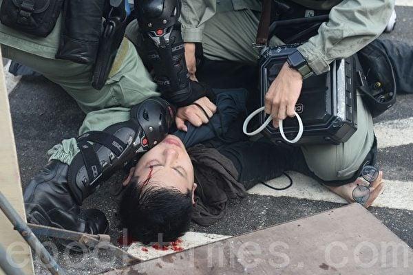 圖為11月12日,港人「三罷」行動。香港中大學生被港警打爆頭流血。(宋碧龍/大紀元)