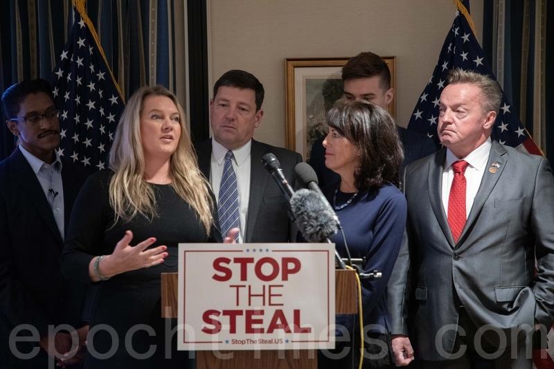 2020年12月15日,「制止竊選」(Stop The Steal)聯盟在華盛頓國會山俱樂部舉辦的新聞發佈會。前排兩位女士是密歇根州被拒絕進入議會大樓投票的兩位選舉人。(林樂予/大紀元)