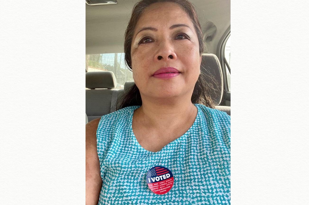加州華人顏荔11月3日前往投票點投下神聖的一票。(顏荔提供)