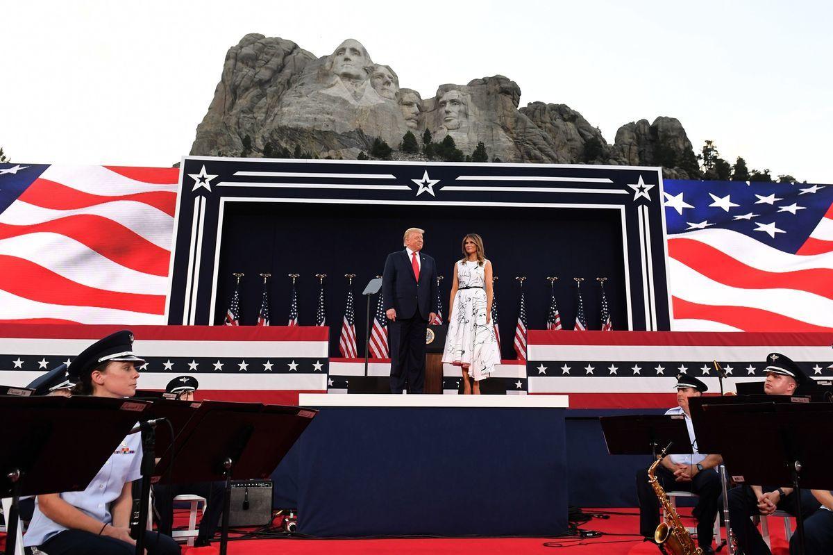 2020年7月3日,特朗普和第一夫人參加「總統山」的獨立日慶典活動。(SAUL LOEB/AFP via Getty Images)