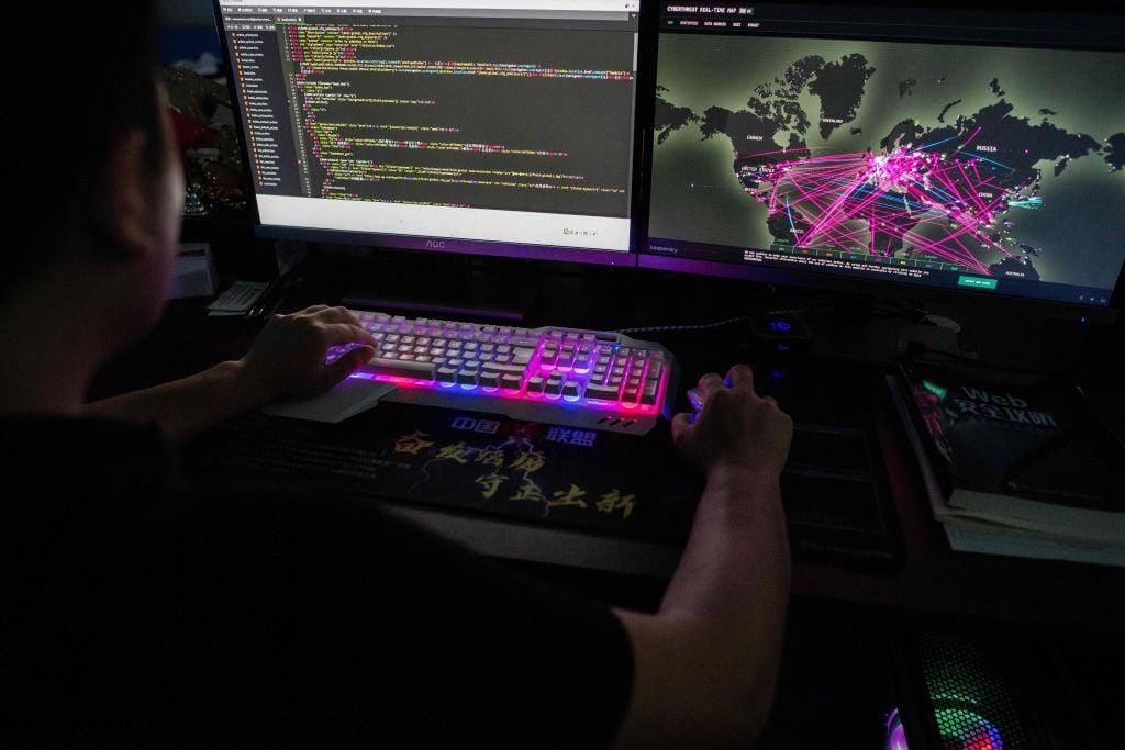 圖為一個黑客組織在工作。(NICOLAS ASFOURI/AFP via Getty Images)