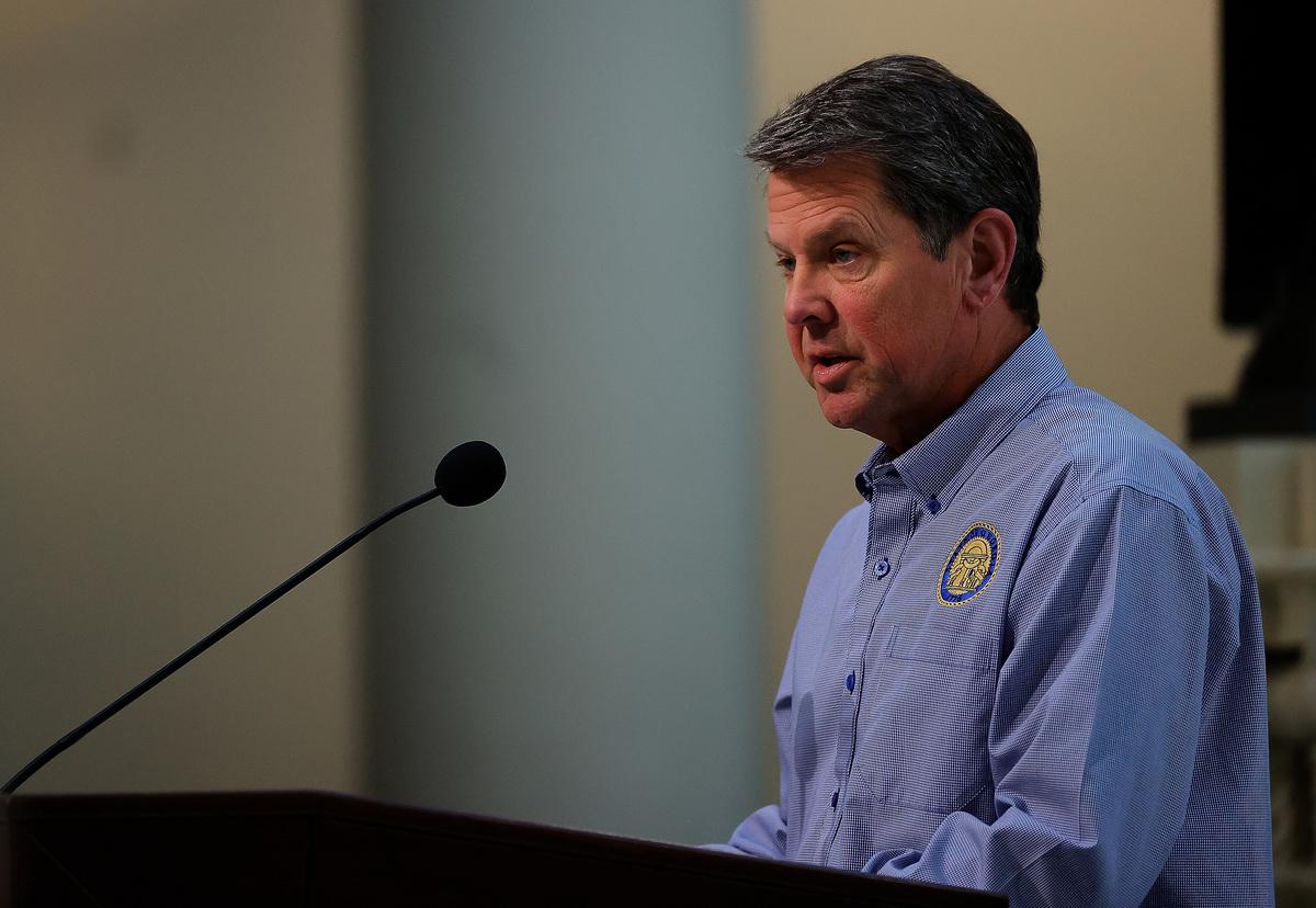 圖為佐治亞州州長布萊恩.肯普(Brian Kemp)於2020年4月27日,在州議會舉行的新聞發佈會上向媒體發表講話。(Kevin C. Cox/Getty Images)