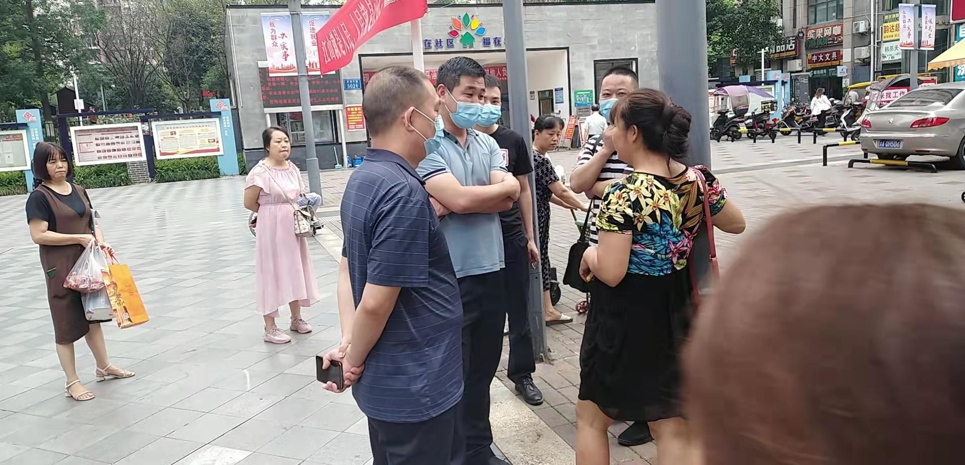 9月15日是重慶市公安局信訪辦局長接待日。唐雲淑剛下樓就被戶籍地豐都縣公安局人員圍住,最後將她帶走。目前唐雲淑下落不明。(受訪者提供)