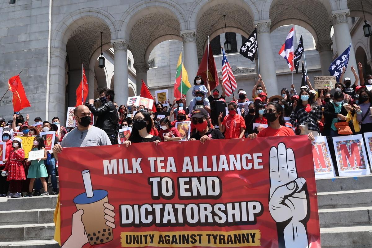 5月8日(周六)中午12點,洛杉磯市府前聚集了由香港、台灣、緬甸、泰國等多個不同亞裔社區團體組成的「奶茶聯盟」(Milk Tea Alliance)為反抗極權 、抵抗暴政發聲。(徐繡惠/大紀元)