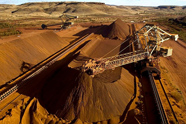 中澳關係急遽惡化,美媒稱,澳洲鐵礦石是該國對華政策一大「核選項」。圖為西澳Pilbara地區一台取料機正在裝載鐵礦石。(Christian Sprogoe/AFP via Getty)