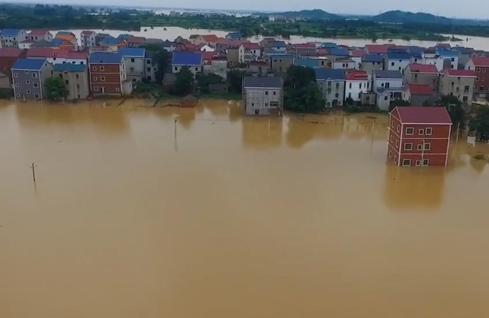 鄱陽湖水域多條河川圩堤決口,許多村落兩層樓以下被洪水淹沒。(影片截圖)