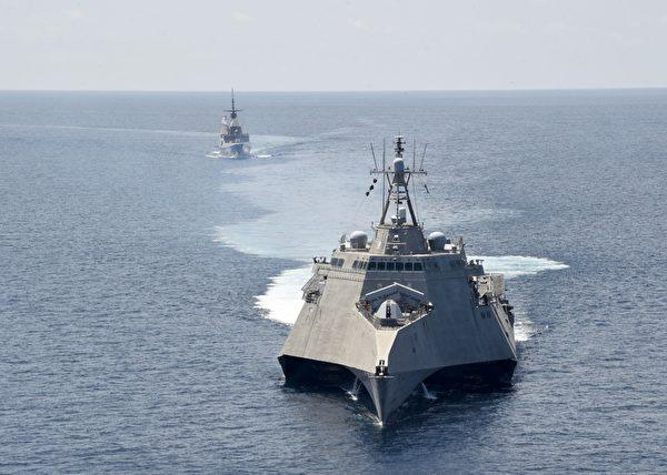 2020年5月25日,美軍濱海戰鬥艦吉福德號(LCS 10,前)與新加坡海軍的多用途隱形護衛艦堅定號(FFS 70)在南中國海聯合演習。(美國印太司令部)