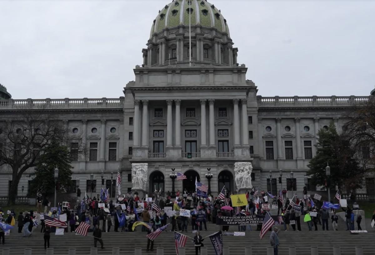 2020年11月21日,特朗普支持者在賓夕凡尼亞州首府議會大廈前舉行「停止竊選」集會抗議活動。(新唐人影片截圖)
