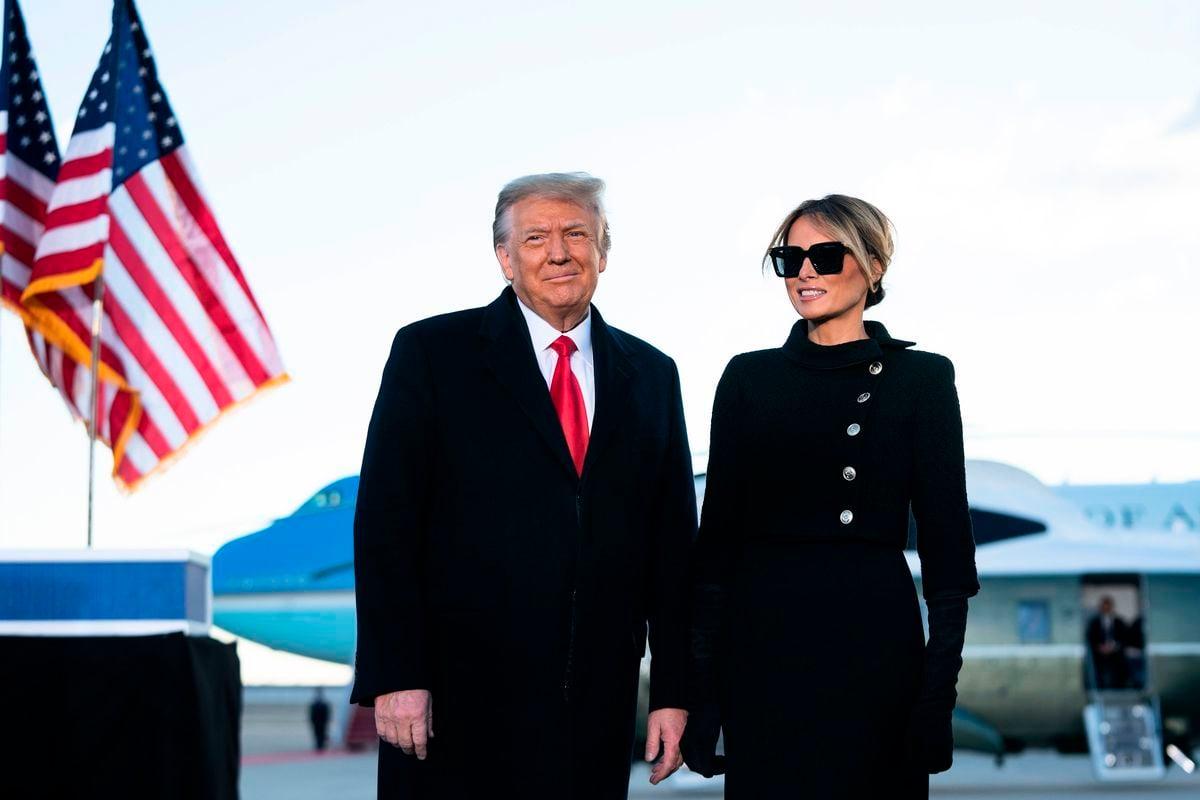 2021年1月20日,即將離任的特朗普總統和第一夫人梅拉尼婭在馬里蘭州安德魯斯聯合基地致辭。(ALEX EDELMAN/AFP via Getty Images)