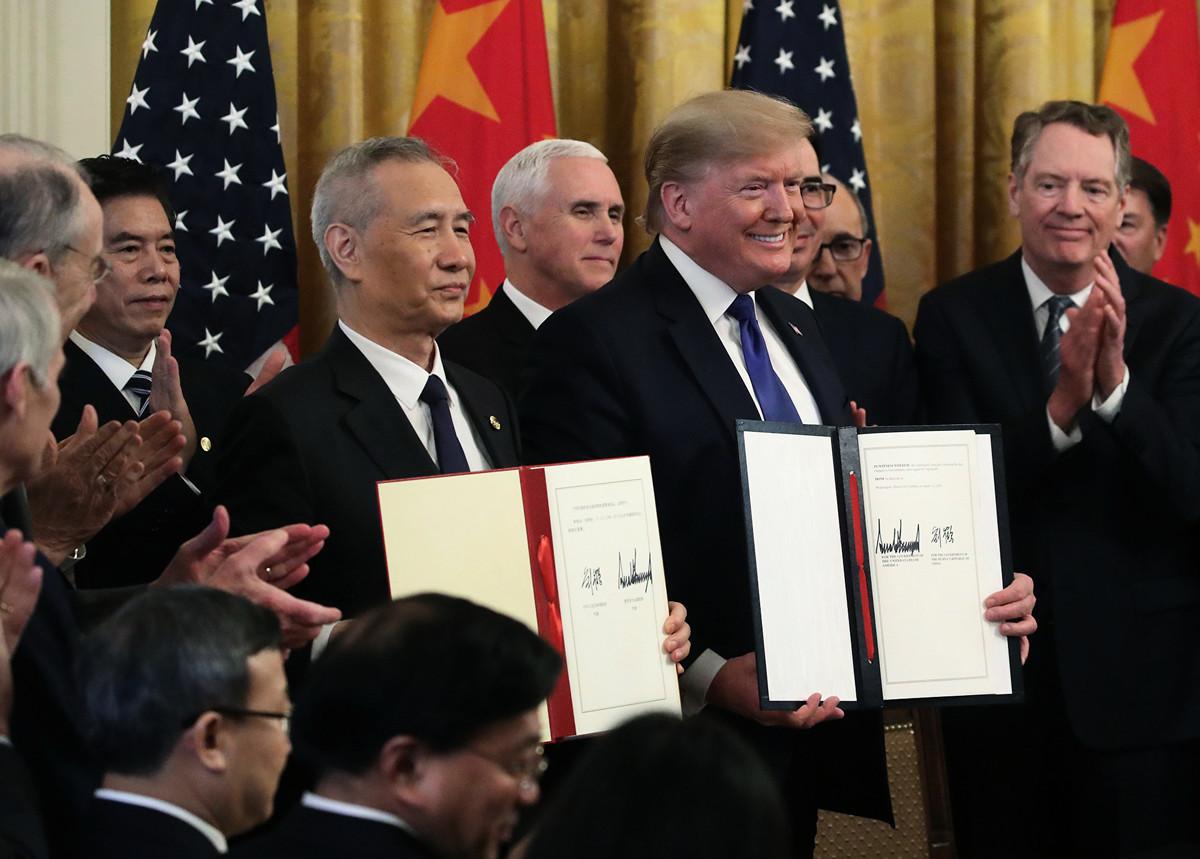 美國白宮前首席策略師班農於2020年1月15日表示,美國總統特朗普在中美貿易戰中採取強硬立場,「打垮了中國共產黨」。圖為特朗普當天在白宮與中共副總理劉鶴簽署第一階段貿易協議。(Mark Wilson/Getty Images)