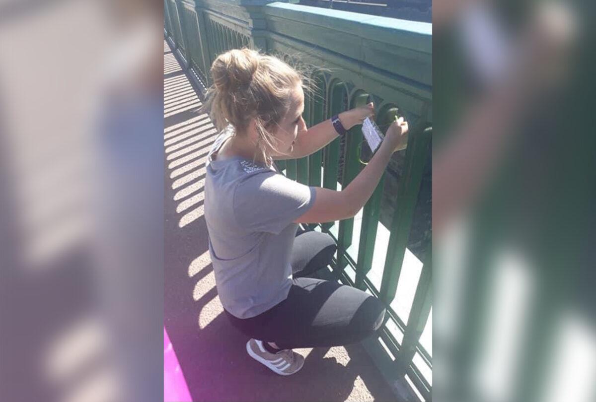 佩奇一直通過在威爾茅斯橋上懸掛鼓舞人心的字條來幫助有自殺意圖的人。(佩奇提供)