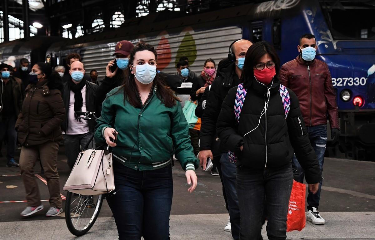 巴黎地區疫情最嚴重,截至5月18日,大巴黎死亡人數高達6766人。圖為5月11日,巴黎乘客在Saint-Lazare火車站。(BERTRAND GUAY/AFP via Getty Images)
