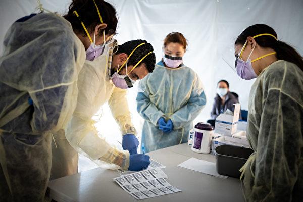 在病毒大流行期間,對一線人員的需求,特別是在健康和在線零售方面的崗位卻在增加。圖為正在紐約抗疫一線忙碌的醫生。(攝於2020年3月24日) (Misha Friedman/Getty Images)