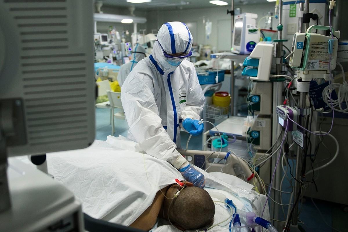 2020年2月22日,湖北武漢市一家醫院的深切治療部中,護士在檢查一名中共病毒(武漢肺炎)患者。(STR/AFP via Getty Images)