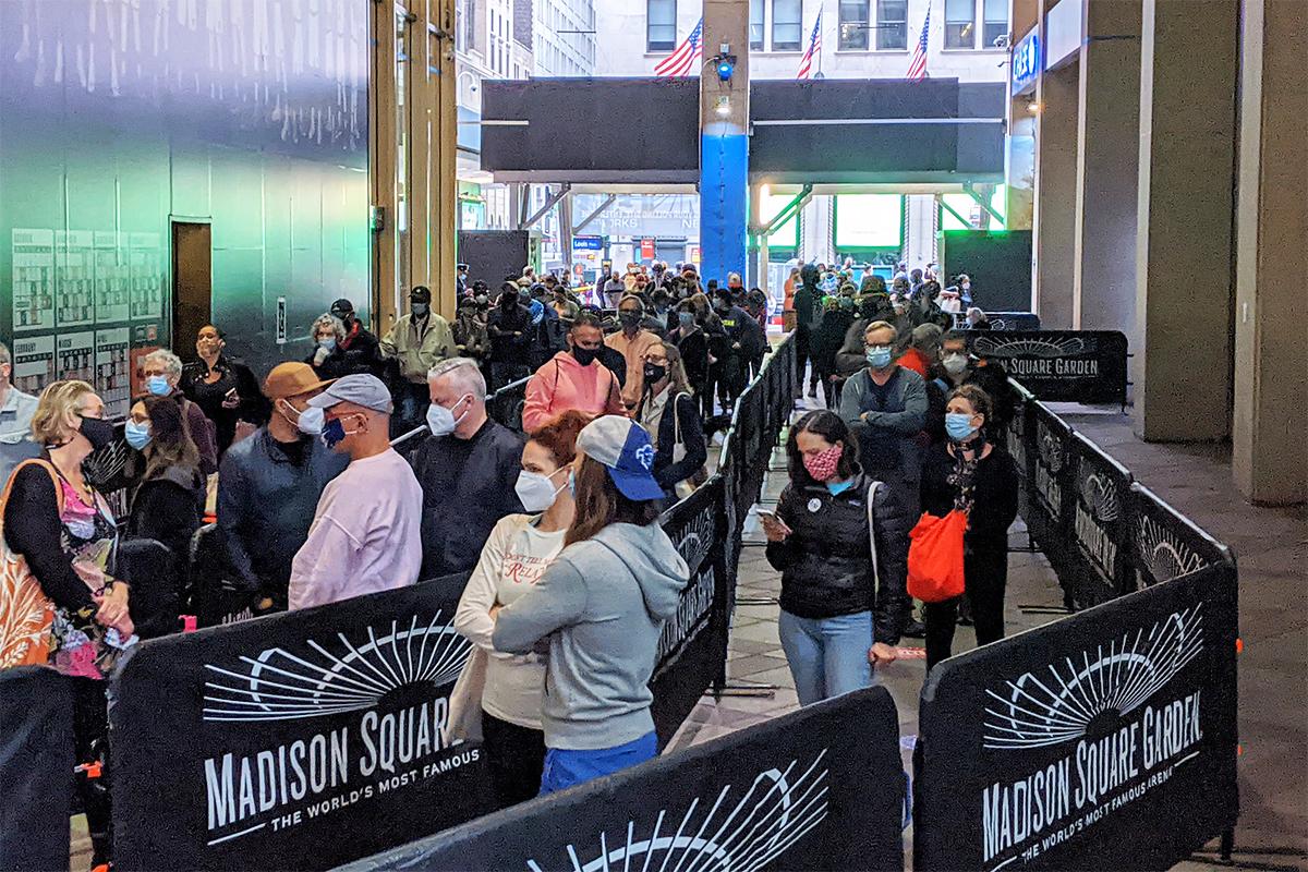2020年10月24日,選民在麥迪遜廣場花園的提前投票站入口前排隊等候。(黃小堂/大紀元)