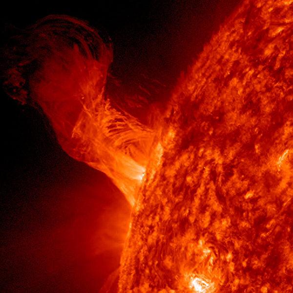 這份來自NASA的照片顯示,2012年12月31日,太陽表面的一次噴發。(NASA/SDO via Getty Images)