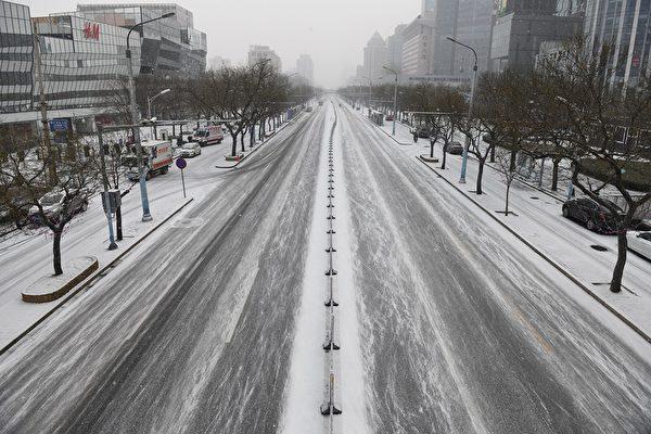 中共病毒重創中國經濟,民眾收入銳減。圖為2020年2月5日空蕩蕩的北京街景。(GREG BAKER/AFP)