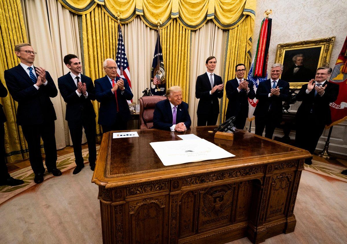 圖為8月13日,在美國特朗普政府支持下,以色列和阿聯酋宣佈,開始正常化外交關係並建立廣泛的新關係。(Doug Mills-Pool/Getty Images)
