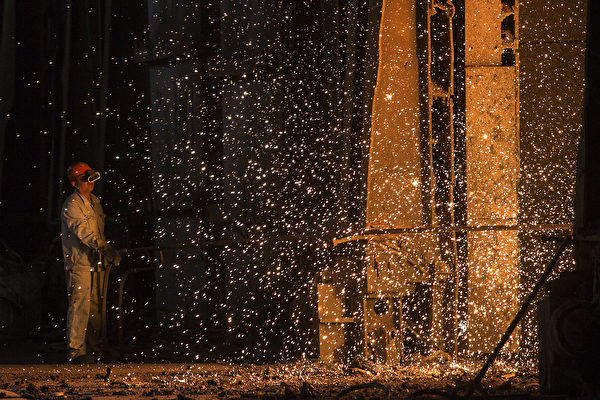 日前,武漢青山區病毒感染人數突然暴增,該區居民披露,中共為GDP增長,國企武鋼集團一直在加班生產,由於人員的交叉感染,致使青山區成為瘟疫重災區。圖為2016年8月27日武鋼工人在移動鎔爐中的鋼水。(Wang He/Getty Images)