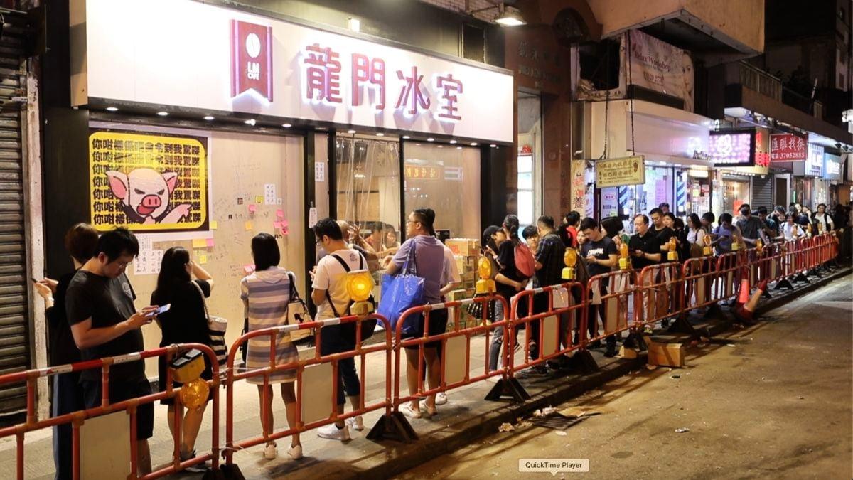 反送中運動持續多月,香港許多店家用各種方式聲援示威者,示威者也以消費回報這些「黃店」的義舉。(余鋼/大紀元)
