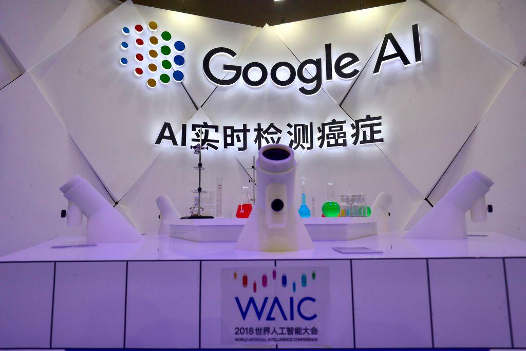 前白宮網絡安全負責人理查德‧克拉克認為,谷歌被中共情報單位滲透一事應為真實事件。圖為谷歌在中國的AI展示。(STR/AFP/Getty Images)