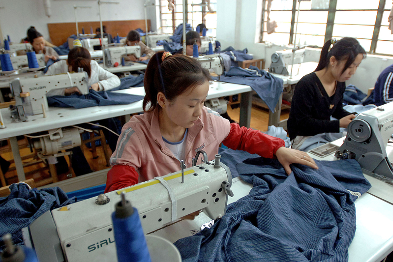 大陸服裝業不僅外資撤單,本土品牌也出現業績暴跌,最大服裝產地廣東省的企業幾乎停工。圖為大陸一家成衣工廠。(AFP PHOTO)