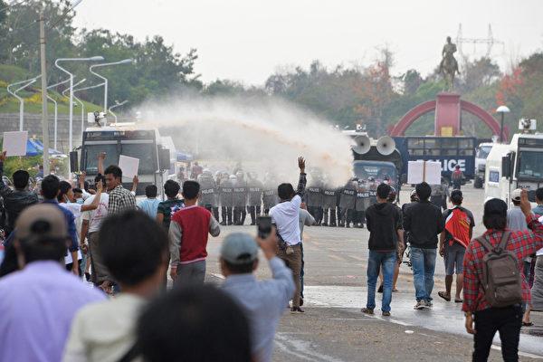 2021年2月18日,在第二大城市曼德勒(Mandalay),當局用水砲對方抗議者。(STR/AFP)