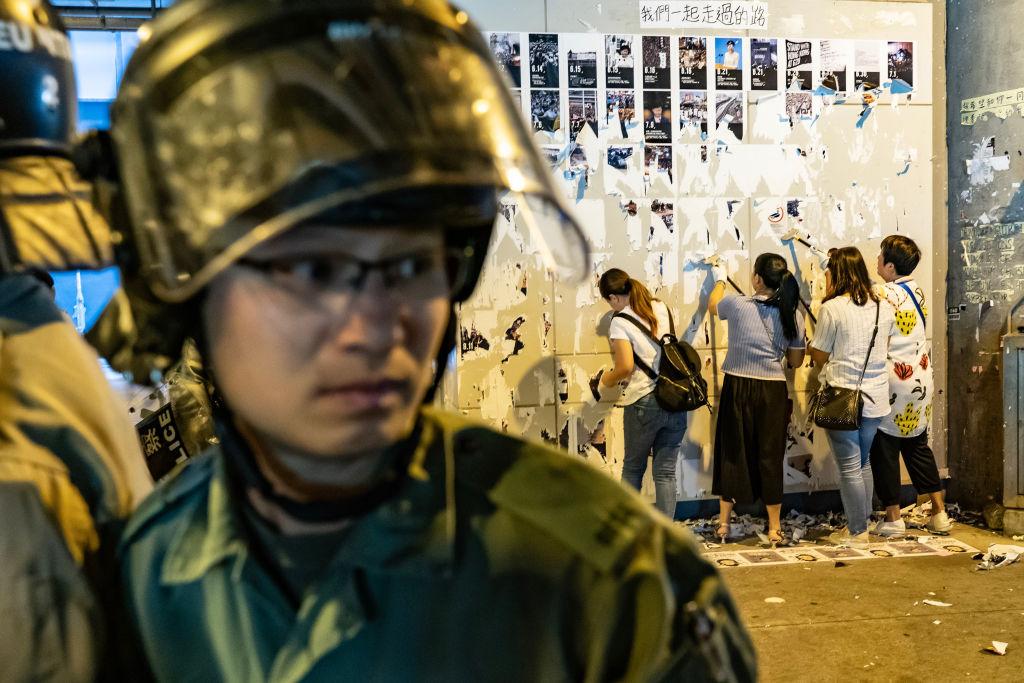 警察保護親共人士毀掉連儂牆。(Anthony Kwan/Getty Images)