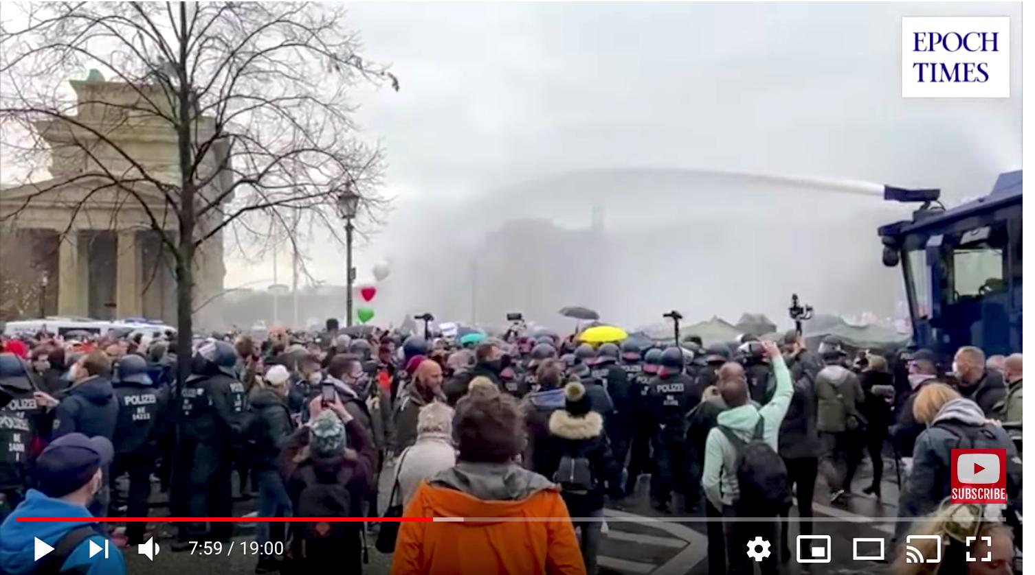 2020年11月18日,德國國會快速通過了《感染保護法》修正案。「橫向思維」在柏林集會抗議。圖為在勃蘭登堡門警方使用水砲驅趕抗議者。(德文大紀元影片截圖)