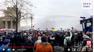 德國會通過防疫新法 警察水砲驅趕抗議者