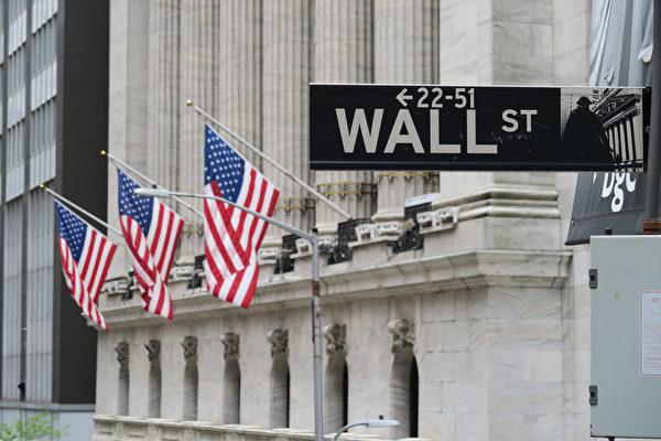 圖為華爾街路標與紐約證券交易所。 (中央社)
