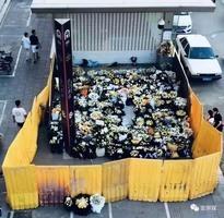 鄭州洪災遇難者頭七 官方用圍欄擋市民獻花