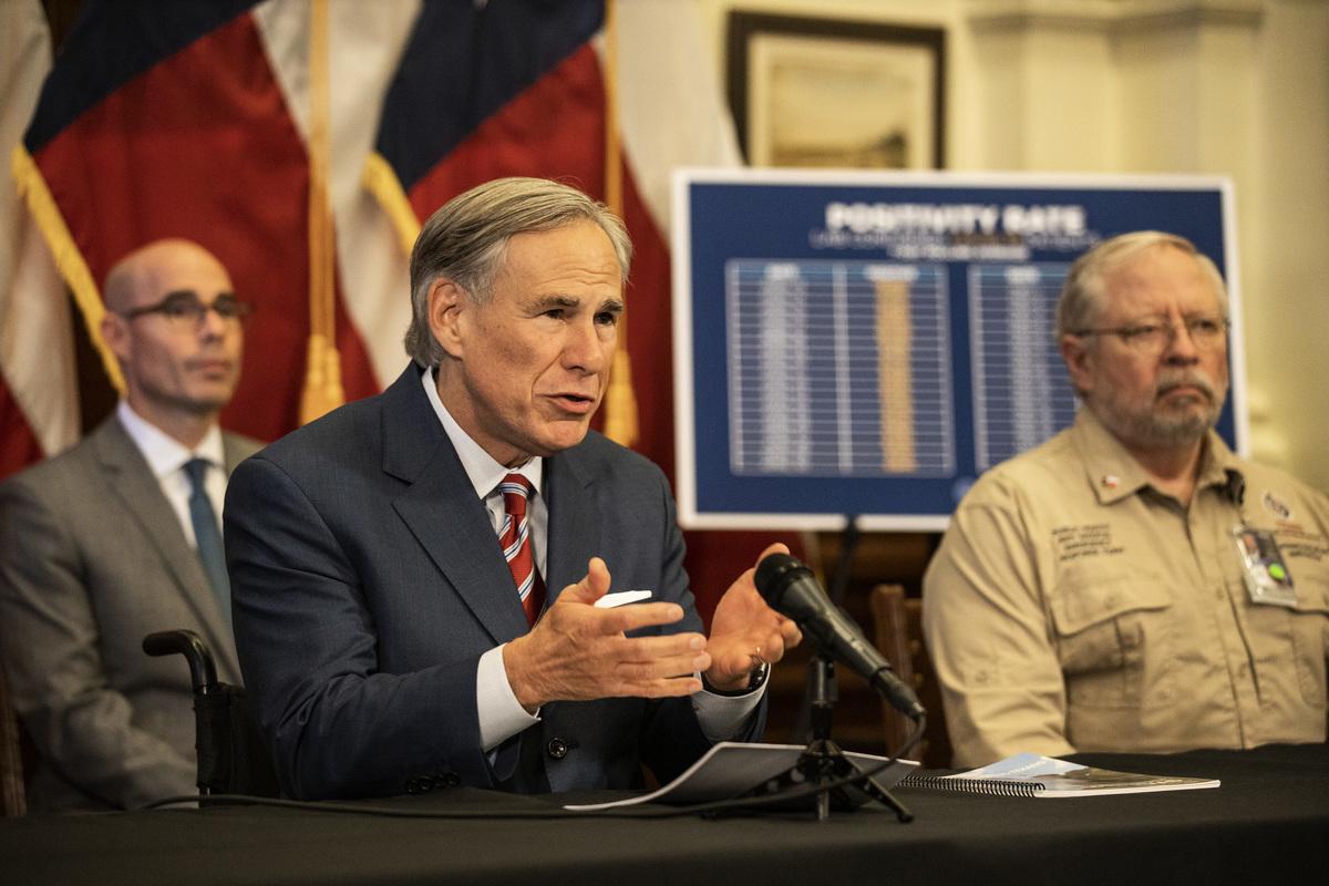 圖為德州州長阿博特(Greg Abbott)在2020年5月18日的新聞發佈會上宣佈,在COVID-19大流行期間將重新開放更多德薩斯州的業務。(BRENDAN SMIALOWSKI,KIMIHIRO HOSHINO/AFP)
