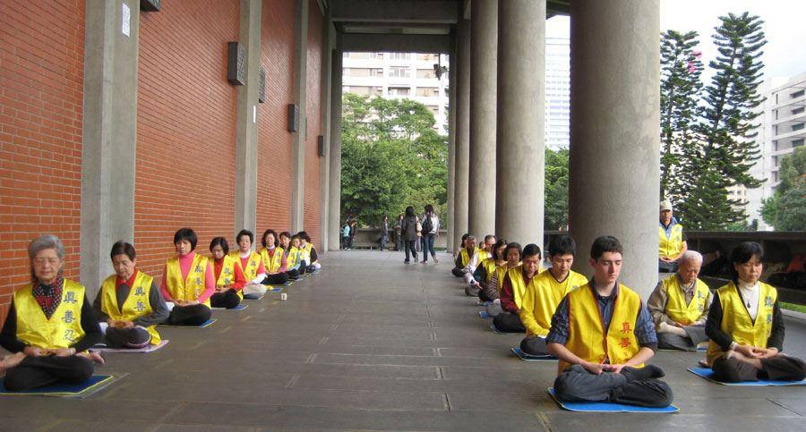 法輪功學員在「國父紀念館」的迴廊上展示法輪功功法。(明慧網)