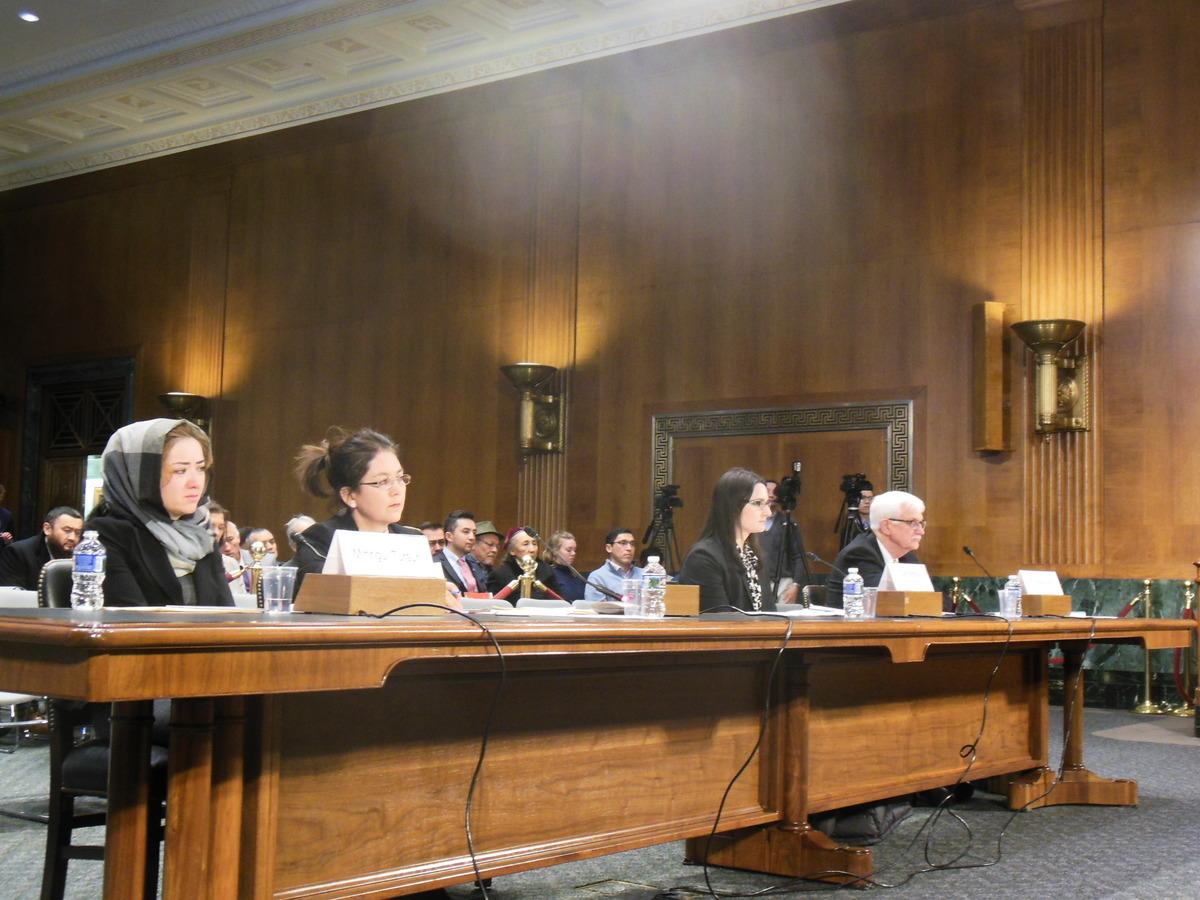 2018年11月28日,圖爾松(Mihrigul Tursun)(左一)、法爾(Thomas Farr)(右一)、霍夫曼(Samantha Hoffma)(右二)三人作為證人,出席了美國國會及行政當局中國委員會(CECC)舉行的聽證會。(李辰/大紀元)
