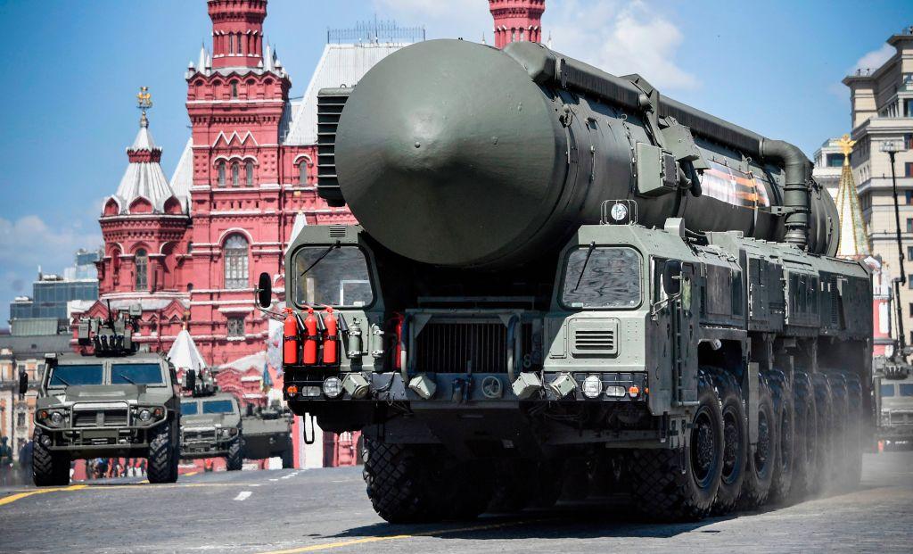 俄羅斯一研究火箭發動機的科學家以叛國罪被判處20年徒刑。圖為2020年6月莫斯科的閱兵儀式中,RS-24洲際彈道導彈系統及其它軍車通過紅場。(Photo by ALEXANDER NEMENOV/AFP via Getty Images)