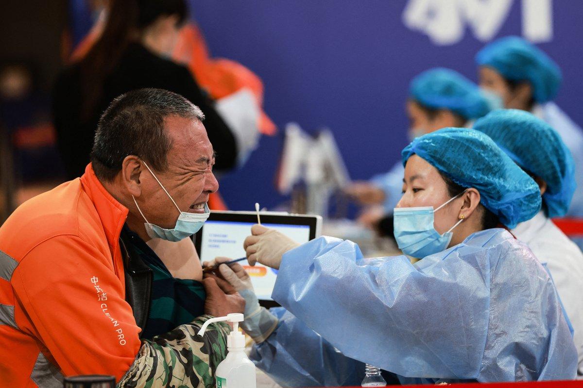 圖為2021年5月,中國一名工人在接種中共病毒疫苗。(STR/AFP via Getty Images)