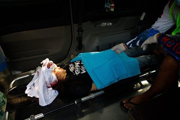 19歲的華裔女孩鄧家希(Angel,Ma Kyal Sin),2021年3月3日在曼德勒的抗議軍事政變活動中頭部被擊中後,躺在一輛救護車裏。(STR/AFP via Getty Images)