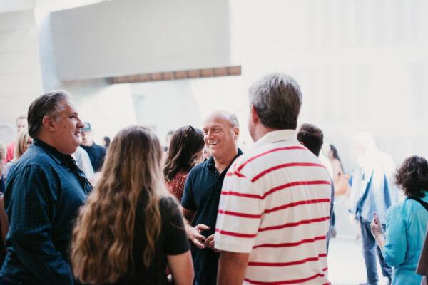 格雷格·勞瑞在豐收教會的開放日上。(豐收教會提供)